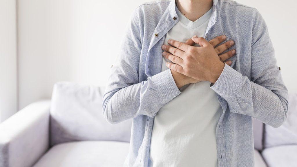 Homem com mãos no peito