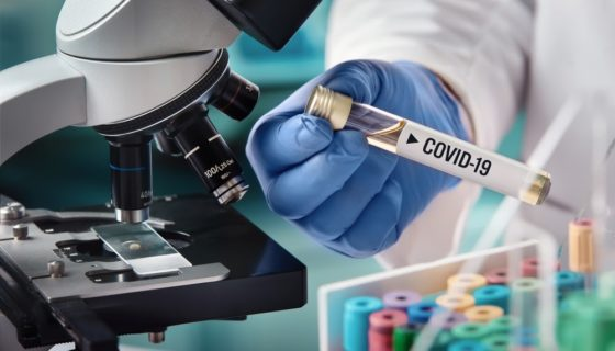 Médico segurando mostra de vacina contra coronavírus