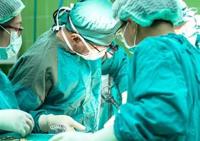 Médicos operando paciente para transplante