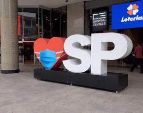 Placa com coração e sigla do estado de São Paulo