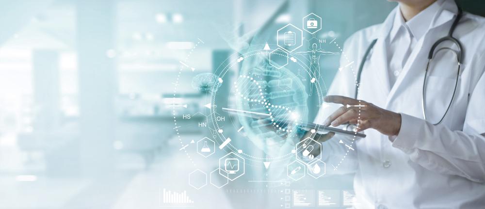 Novas tecnologias têm auxiliado na redução de erros humanos dentro dos procedimentos médicos. (Fonte: Shutterstock)