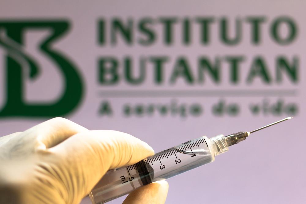 Instituto Butantan garante proteção total contra casos severos de covid-19 por meio da CoronaVac. (Fonte: Shutterstock)