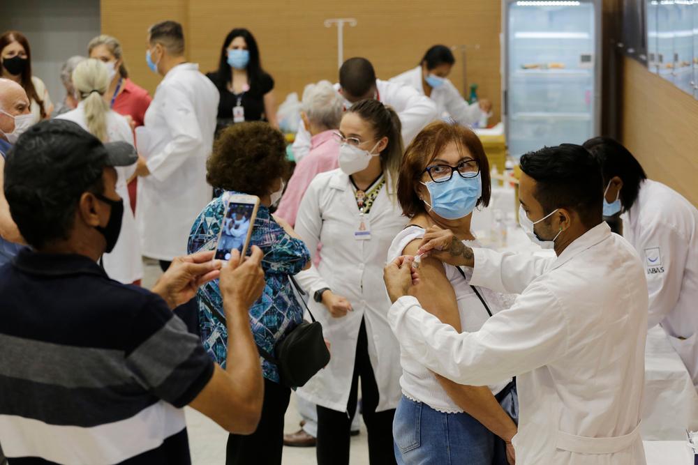 Vacinação reduziu casos graves de covid-19 em idosos no Brasil. (Fonte: Shutterstock/Nelson Antoine/Reprodução)
